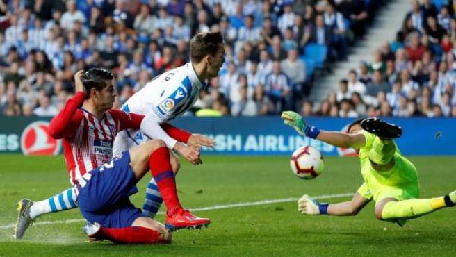 Morata acosa la portería de la Real Sociedad.