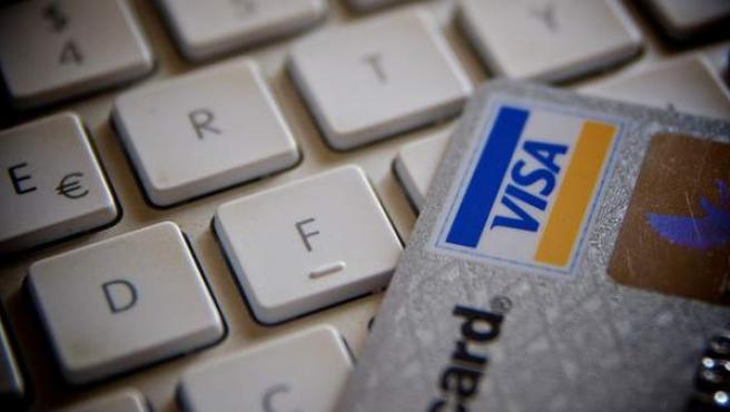 Tarjeta de crédito sobre un teclado de ordenador.
