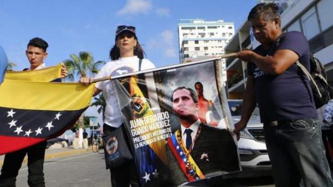 Venezolanos se preparan para recibir al líder de la Asamblea Nacional venezolana, Juan Guaidó, en Salinas (Ecuador).