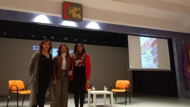 Guijarro (centro) en la inauguración de 'En femenino plural'