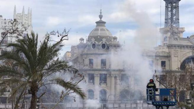 Fallas.- Los 110 kilos de pólvora de pirotecnia Zaragozana atruenan la Plaza del