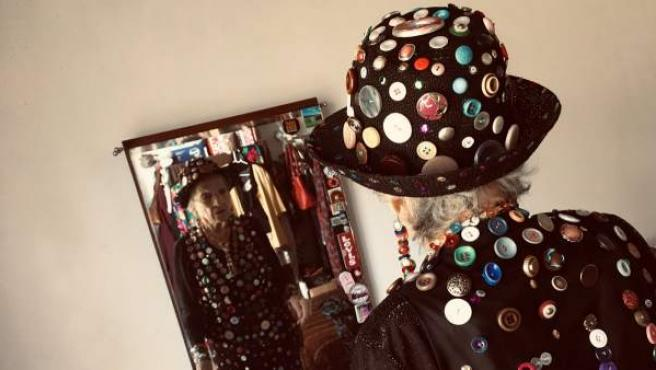Una abuela de 87 años se confecciona su propio traje lleno de botones para ir a bailar en carnaval.