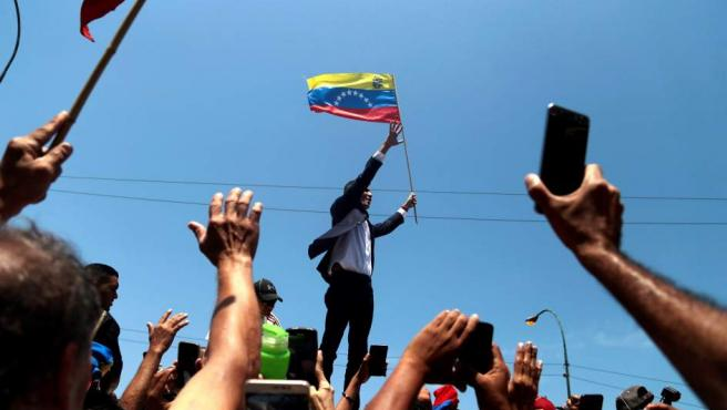 El jefe del Parlamento venezolano, Juan Guaidó (c), a su llegada al Aeropuerto Internacional de Maiquetía Simón Bolívar (Venezuela).