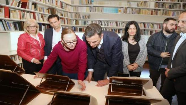 Sánchez visita el Centro Lorca durante un recorrido por el casco histórico de la