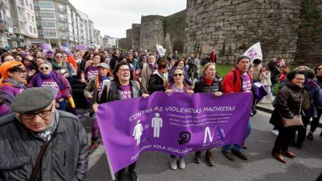 Miles de personas marchan en Lugo para defender los derechos de las mujeres.