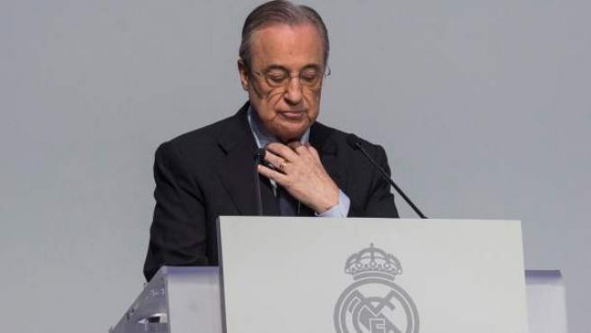 El presidente del Real Madrid, Florentino Pérez, durante el acto de entrega de insignias del club a los socios que han alcanzado una antigüedad de 25, 50 y 60 años, en Ifema en Madrid.