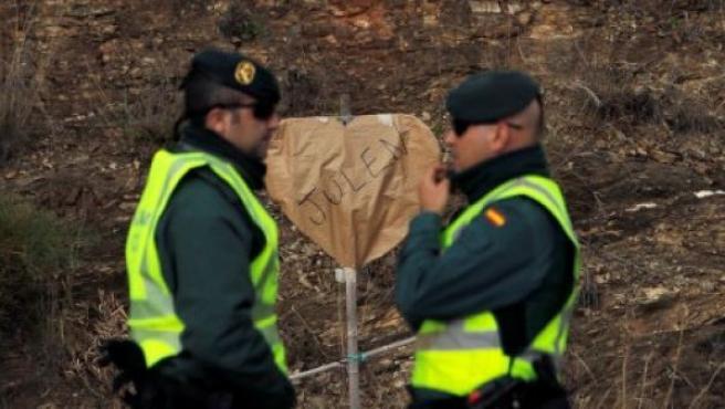 Dos agentes de la Guardia Civil, en la carretera junto al pozo donde ha sido localizado sin vida Julen.