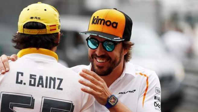 Fernando Alonso saluda a Carlos Sainz en el paddock del GP de Mónaco.