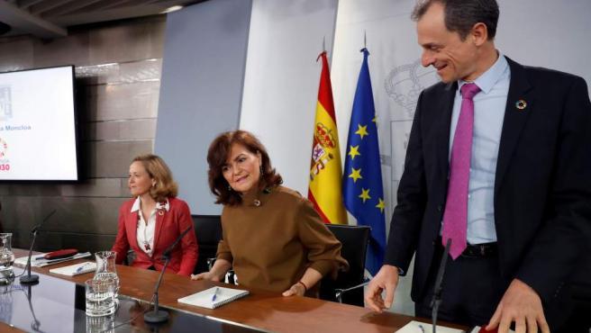 La vicepresidenta del Gobierno, Carmen Calvo (c), el ministro de Ciencia, Innovación y Universidades, Pedro Duque (d), y la ministra de Economía y Empresa, Nadia Calviño.