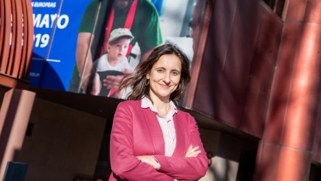 María Andrés, Directora de la Oficina del Parlamento Europeo en España ante la sede en Madrid de la institución.