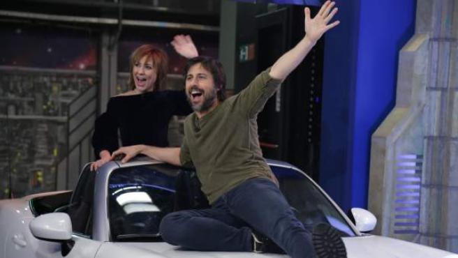 Nathalie Poza y Hugo Silva, entrando encima de un coche a 'El hormiguero'.
