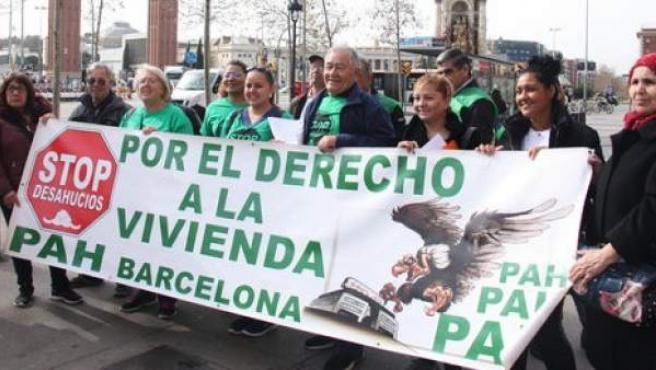 Miembros de la PAH reunidos en la plaza de Espanya de Barcelona para reivindicar el cumplimiento de la ley 24/2015.