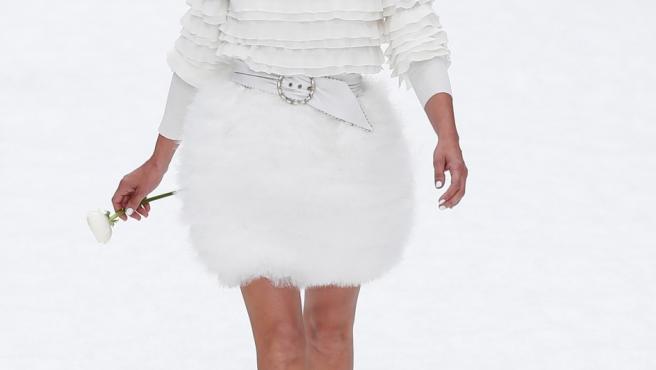 La actriz Penélope Cruz rinde tributo al fallecido diseñador Karl Lagerfeld mientras luce una creación de su última colección otoño/invierno 2019-2020 para Chanel.