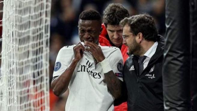 Vinícius se retira llorando del Real Madrid-Ajax de Ámsterdam de Champions League.