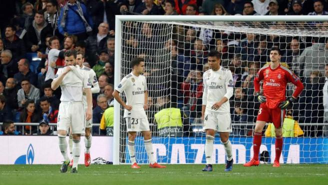 Varios jugadores del Real Madrid se lamentan tras un gol del Ajax.