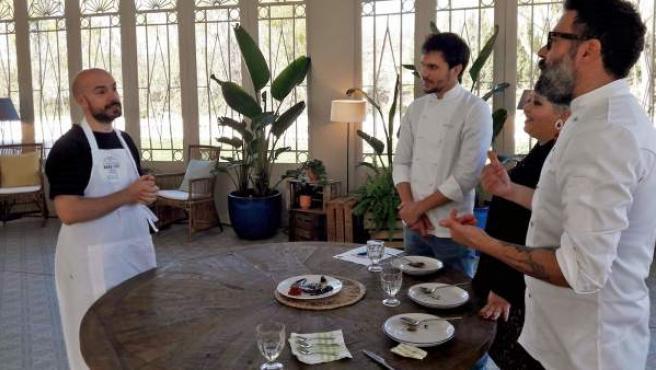 Gus Hernández recibe la valoración del jurado por su plato, en un simulacro de 'Bake Off', programa de Cuatro.