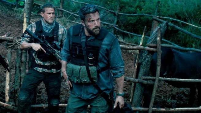 Ben Affleck y Charlie Hunnam en la película 'Triple Frontera', de Netflix.