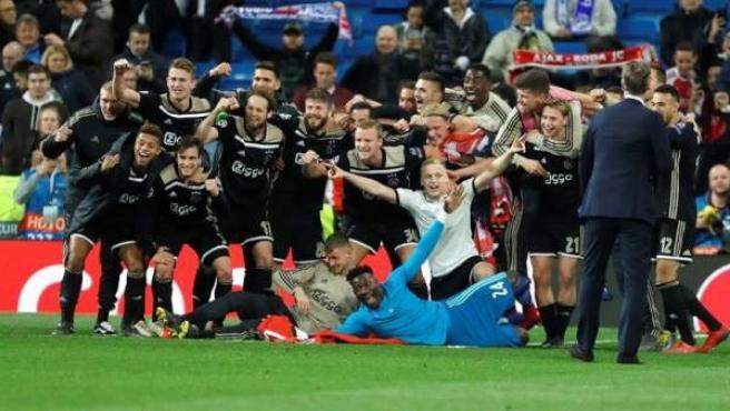 El Ajax celebra su victoria en el Santiago Bernabéu.