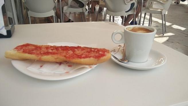 Pan con tomate, un desayuno típico andaluz.