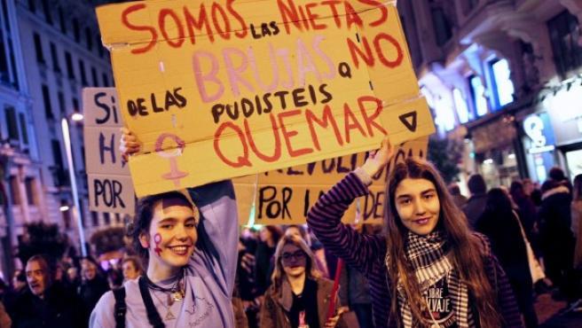Dos jóvenes participan en la multitudinaria manifestación feminista en Madrid por la huelga del 8-M de 2018.