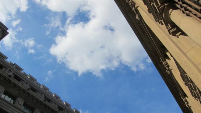 Imagen de archivo de un tiempo con intervalos de sol y nubes.