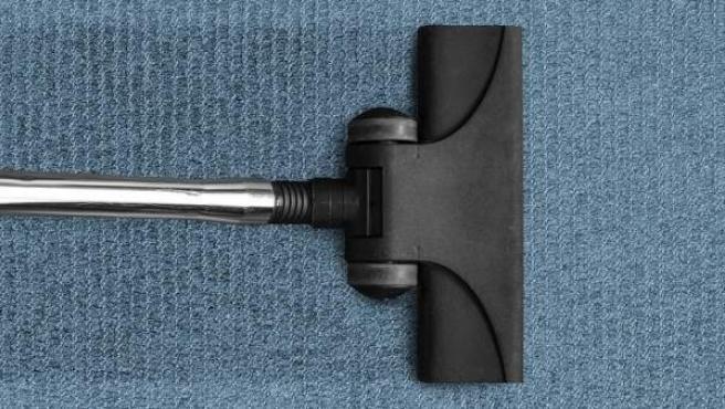 El aspirador ayudará a eliminar la suciedad acumulada debajo de la alfombrilla.