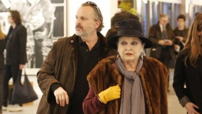 Miguel Bosé y su madre, Lucía Bosé, en la feria de arte ARCO.