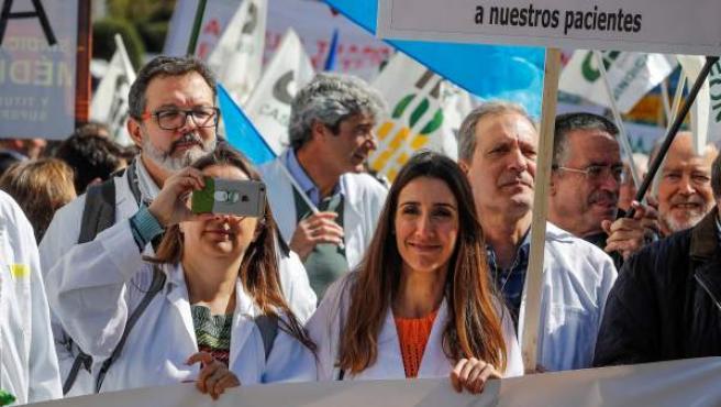 Médicos de toda España protagonizan una marcha hasta el Congreso tras protestar ante el ministerio de Sanidad por la dignidad de la profesión y más recursos para la sanidad pública.
