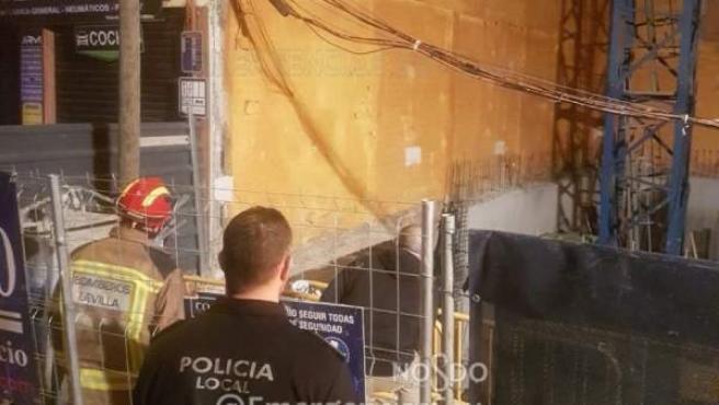 Obra en la que el derrumbe de un muro obligó a desalojar un bloque contiguo, en el barrio de Los Remedios de Sevilla.