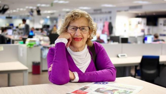 La alcaldesa de Madrid, Manuela Carmena, posa durante su visita a la redacción de 20minutos.