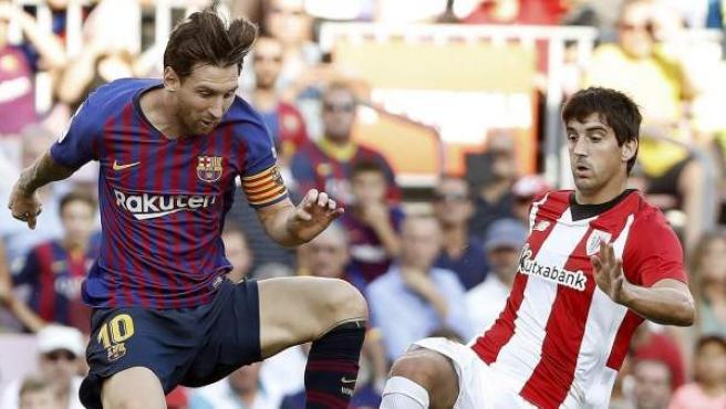 Messi y San José pugnan por un balón durante el Barcelona-Athletic Club.