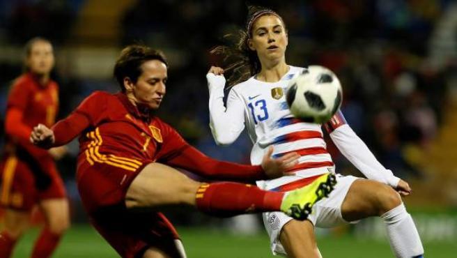 Marta Corredera (España) pugna por un balón con Alex Morgan (Estados Unidos).