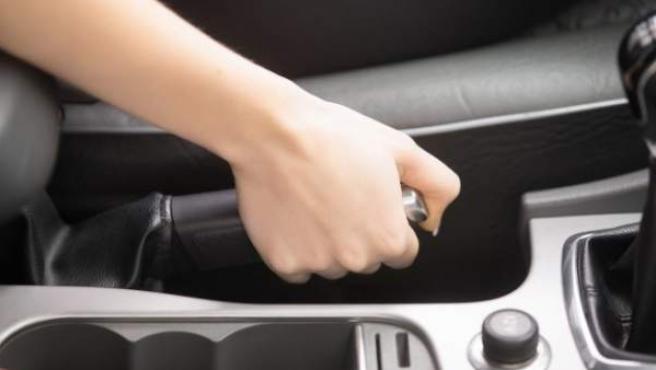 En caso de emergencia, no es recomendable tirar del freno de mano de forma brusca.