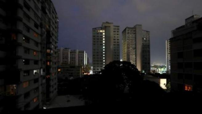 Edificios con luces de emergencia en Caracas (Venezuela), durante un apagón eléctrico que afectó a gran parte del país.