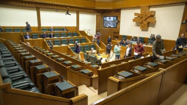 La falta de quorum en el Parlamento Vasco por la ausencia en la Cámara de la mayoría de las parlamentarias con motivo de la huelga feminista.