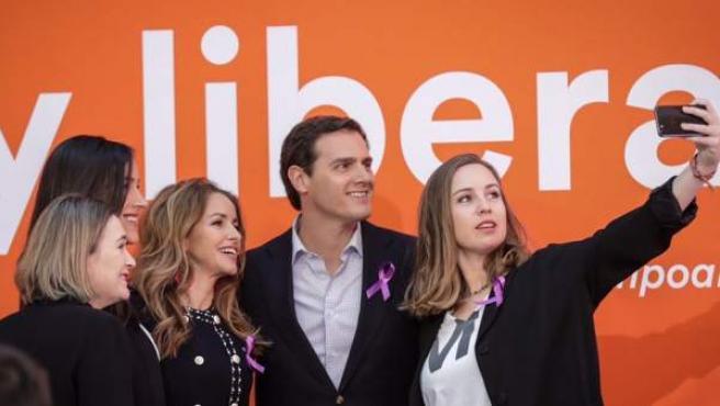 Rivera, acompañado por Melisa Rodríguez, Patricia Reyes, Begoña Villacís y Marta Rivera.