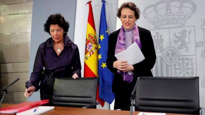 La portavoz del Gobierno, Isabel Celaá, y la ministra de Trabajo, Magdalena Valerio (d), durante una rueda de prensa celebrada tras la reunión del Consejo de Ministros.