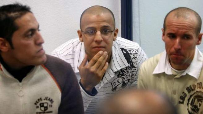 Rachid Aglif, Rafá Zouhier y Abdelilah El Fadoual (izda-dcha), en el juicio por los atentados del 11-M, en 2007.
