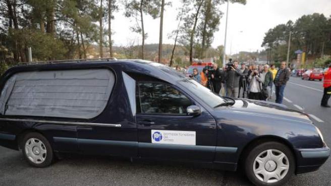 Coche fúnebre con el cuerpo de la mujer asesinada por su marido en Valga.