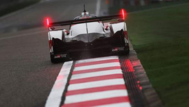 El Toyota de Fernando Alonso, durante una prueba del WEC.