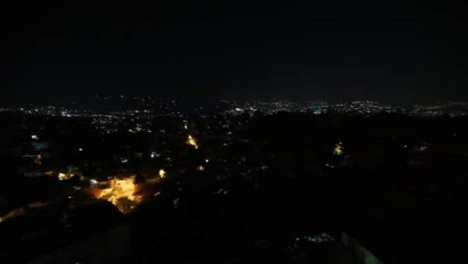 La capital de Venezuela, Caracas, a oscuras por un apagón de más de 70 horas.