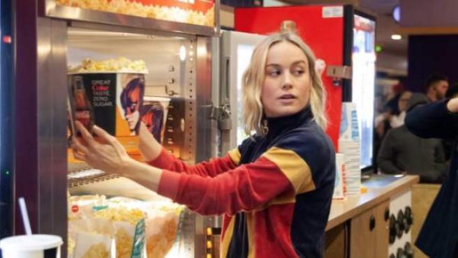 Brie Larson sirviendo palomitas como Carol Danvers