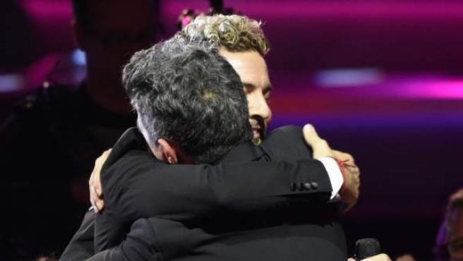 David Bisbal y Alejandro Sanz se abrazan en la gala de 2017 en la que este fue nombrado Persona del Año por La Academia Latina de la Grabación.