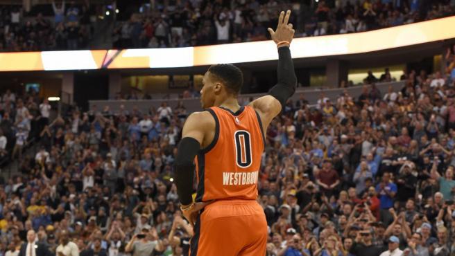 Russell Westbrook saluda a los asistentes que lo ovacionan al romper un récord de 42 triple-doble en una temporada.