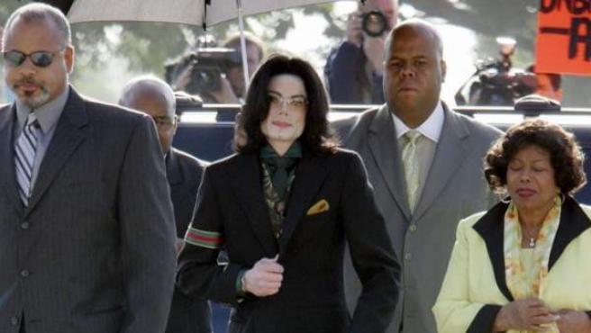 El cantante estadounidense Michael Jackson llega a un juzgado del condado de Santa Barbara, en California (EE UU), el 18 de abril de 2005.