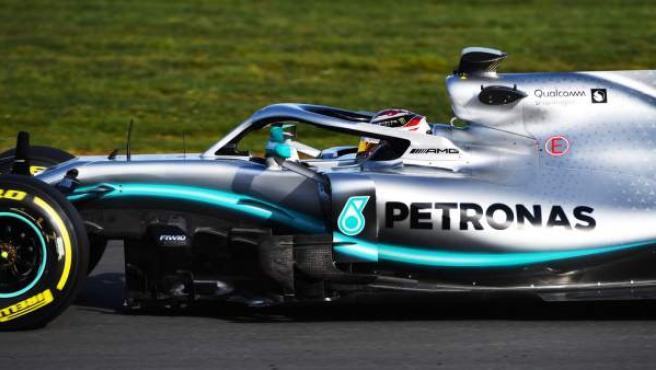 Lewis Hamilton pilota el Mercedes W10 en el circuito de Silverstone.