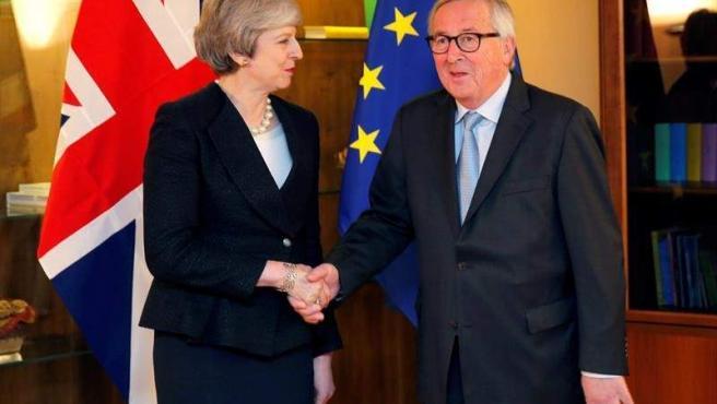 El presidente de la Comisión Europea, Jean-Claude Juncker, y la primera ministra británica, Theresa May, en el Parlamento Europeo, en Estrasburgo.