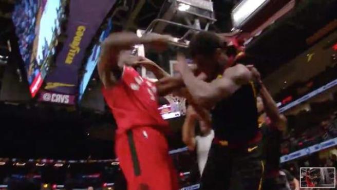 Serge Ibaka golpea a Marquese Chriss.