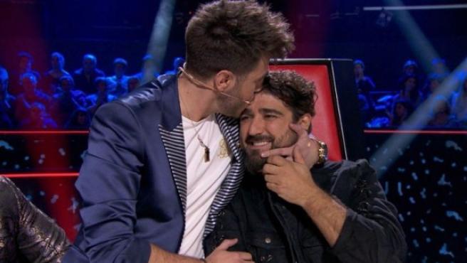 Antonio José besa a Antonio Orozco en 'La Voz'.