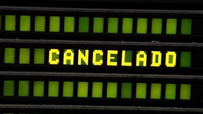Un cártel en el que se lee que un vuelo ha sido cancelado.